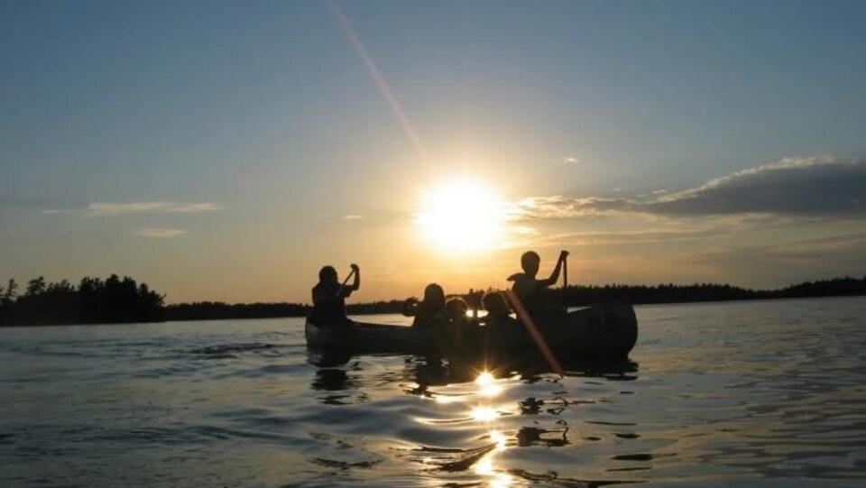 Des personnes dans un canot sur le lac