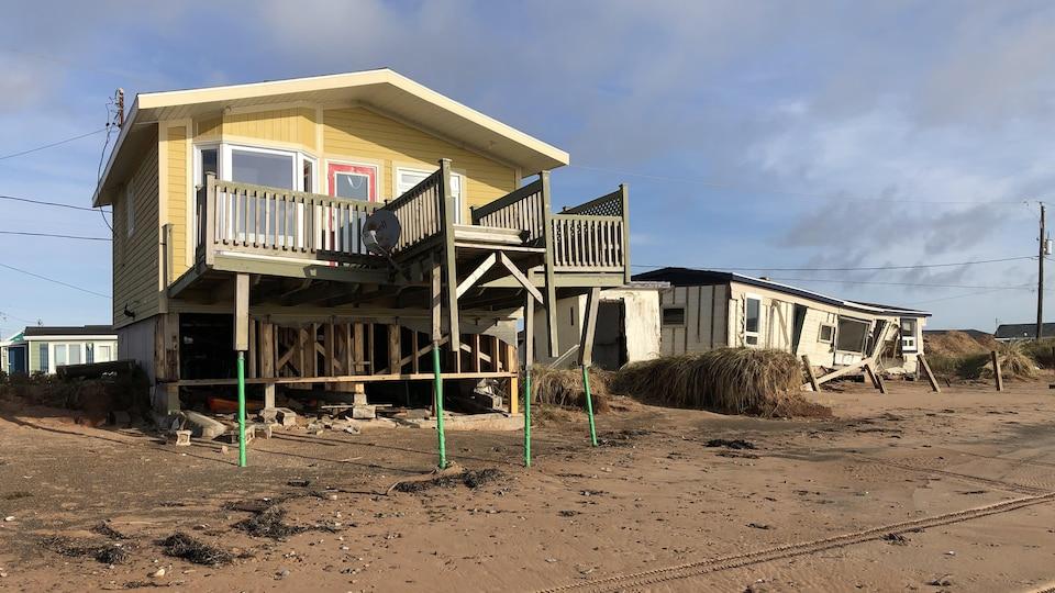 Une résidence endommagée sur une plage des Îles-de-la-Madeleine.