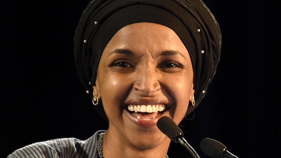 La démocrate Ilhan Omar est souriante alors qu'elle s'adresse à ses partisans à la suite de son élection.