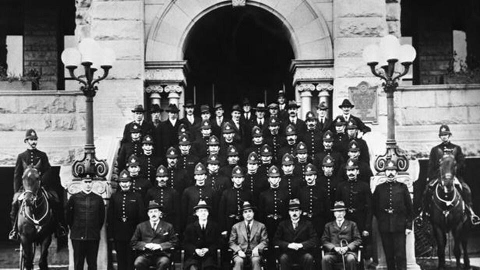 Une photo d'archive de policiers de Calgary qui date de 1919.