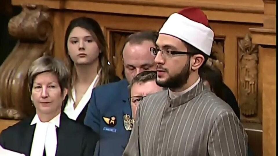 Derrière l'imam se trouve le premier ministre de la Saskatchewan, Scott Moe.