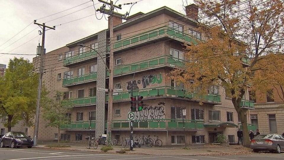 Vue d'un immeuble en mauvais état, à l'angle des rues Marie-Anne et de la Roche