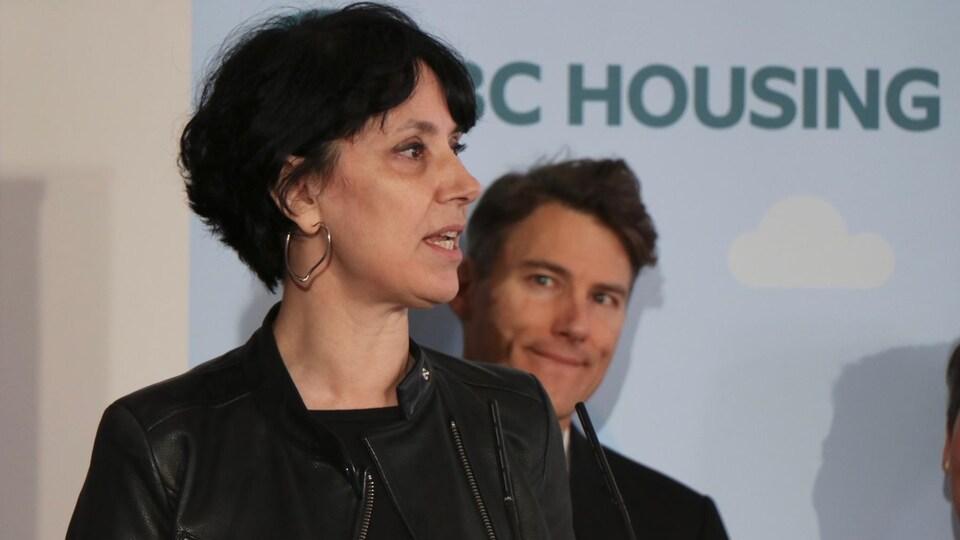 Janice Abbott, la présidente-directrice générale de la Société d'aide aux femmes Attira, s'adresse à la presse à Vancouver.