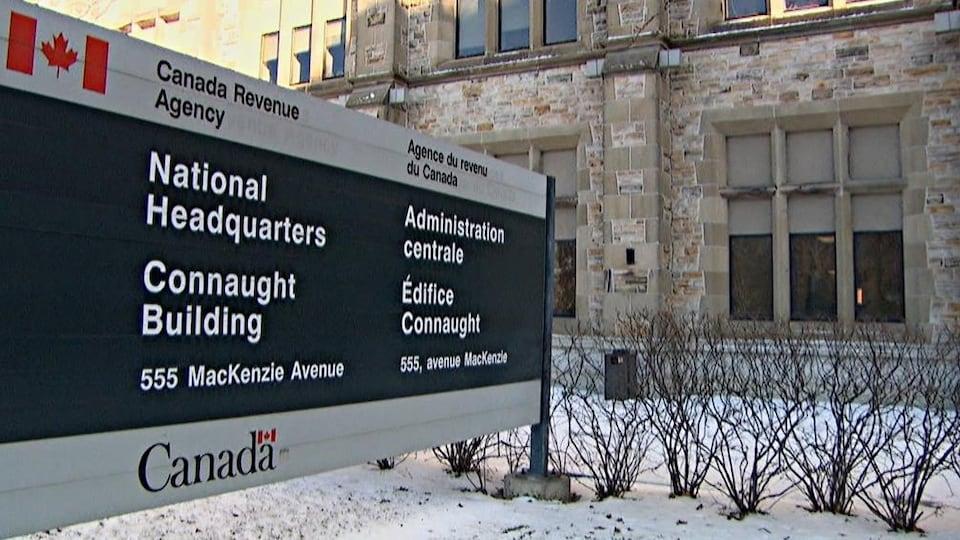 Édifice en pierre de l'Agence du revenu du Canada.