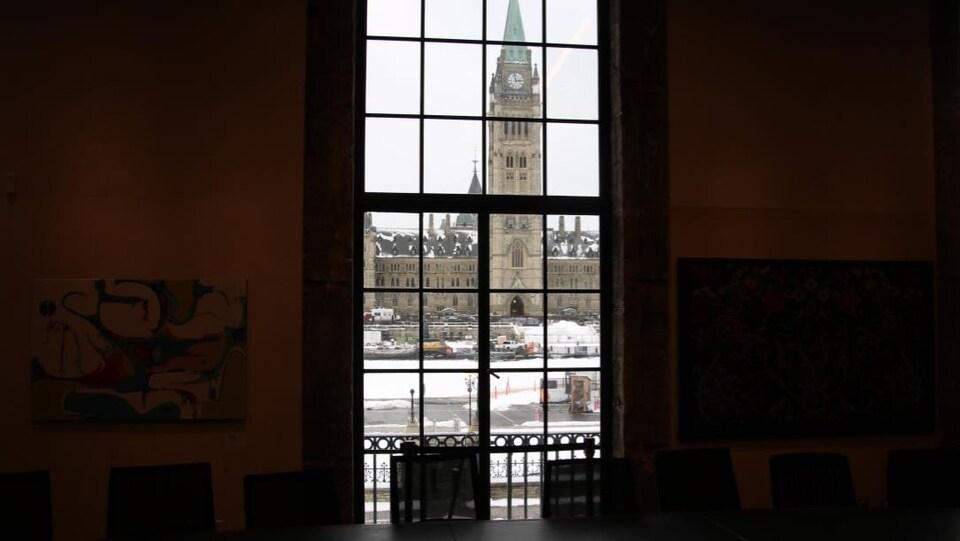 Une salle avec une vue sur le parlement.