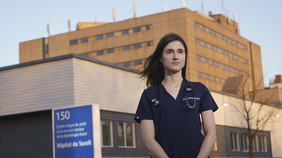 Un médecin devant un hôpital