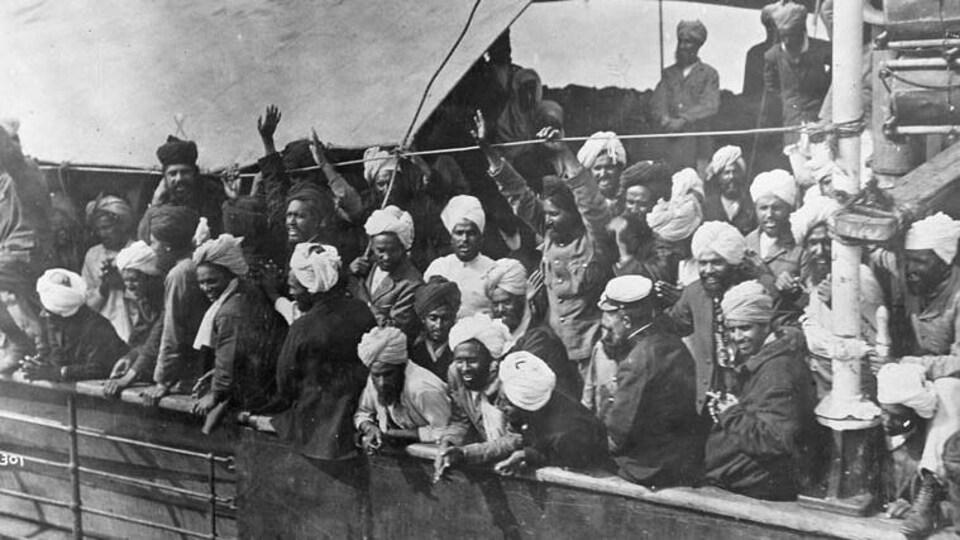 Des hommes de religion sikhe entassés les uns sur les autres.