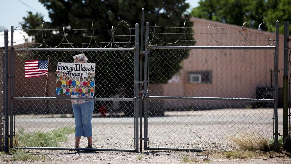 Une femme proteste contre les migrants devant un refuge à Deming, au Nouveau-Mexique, lundi.