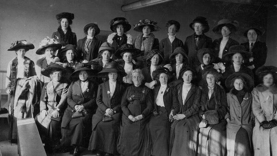 Photo en noir et blanc de femmes au début du siècle