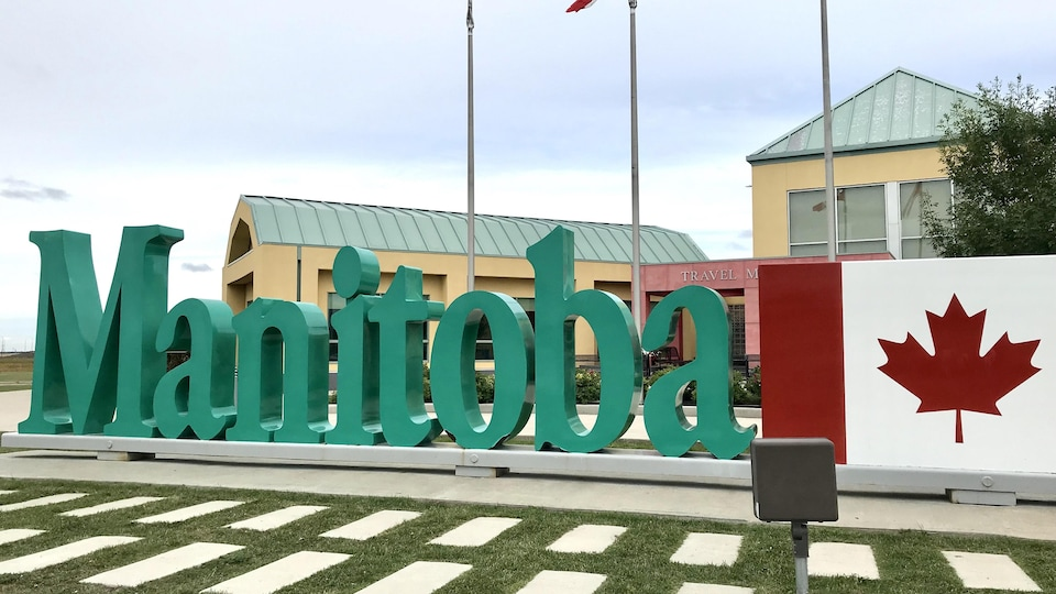 Le Manitoba est inscrit en toutes lettres sur une des routes de la province.