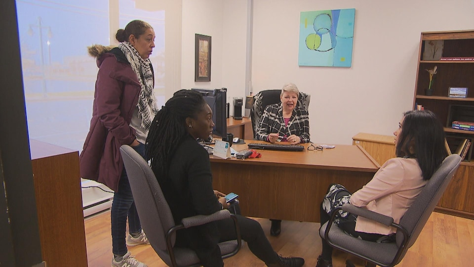 Quatre femmes discutent dans un bureau de l'organisme Alpha Lira, à Sept-Îles.