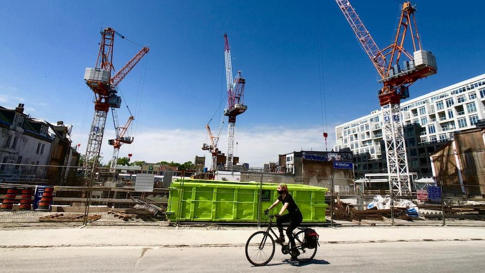 Un vélo passe devant un chantier de construction