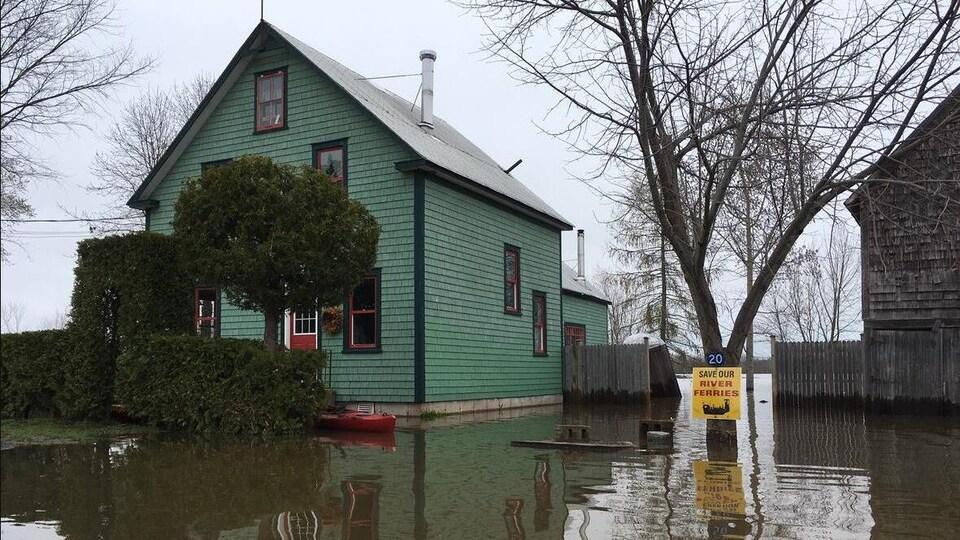 Une maison sur un terrain inondé.