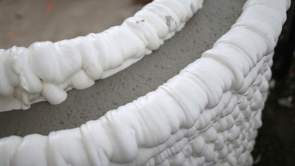Un mur fait de mousse et de béton.