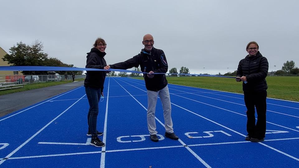 Chantal Pilon et Marc Parent découpent un ruban tenu par Mégane Vallée.