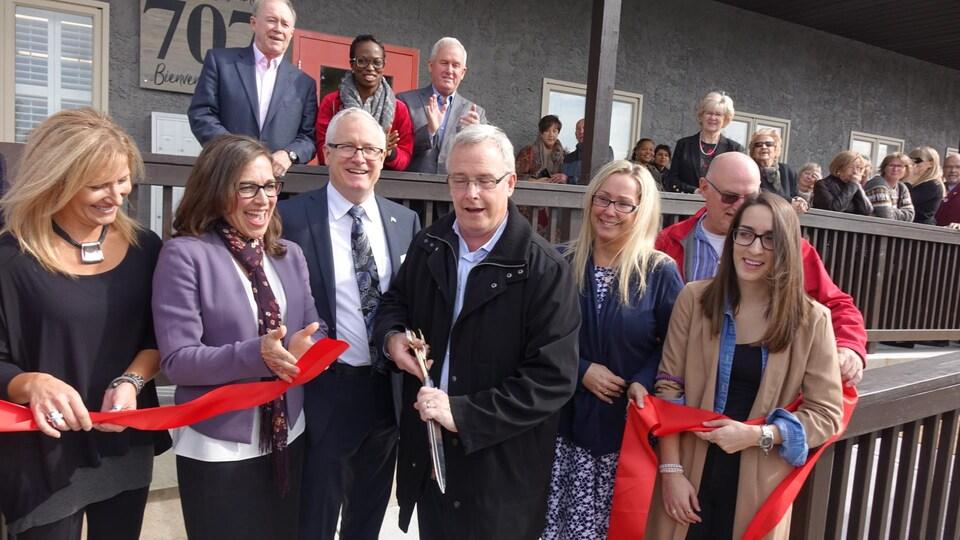 Le maire d'Oshawa, John Henry, a coupé le ruban lors de l'inauguration du centre.