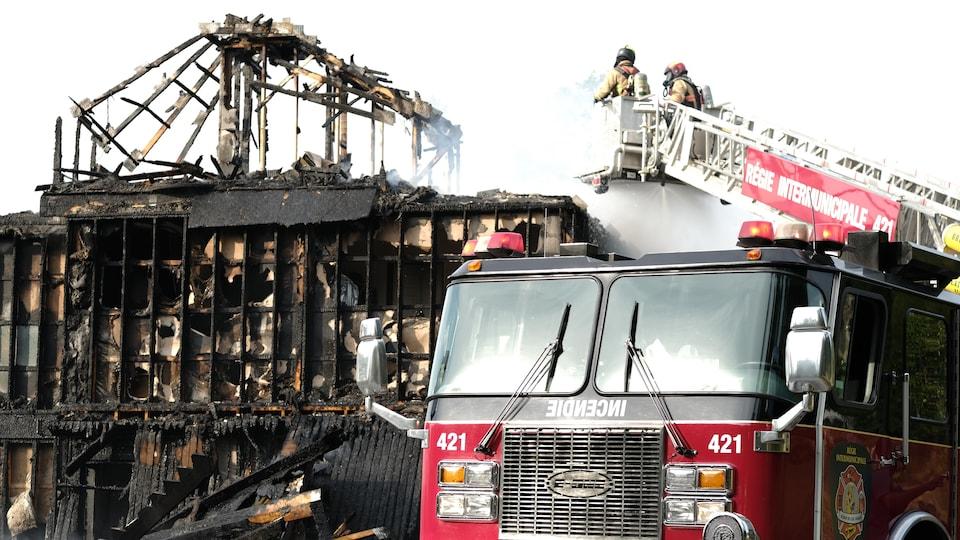 Des pompiers interviennent sur les lieux d'un incendie.