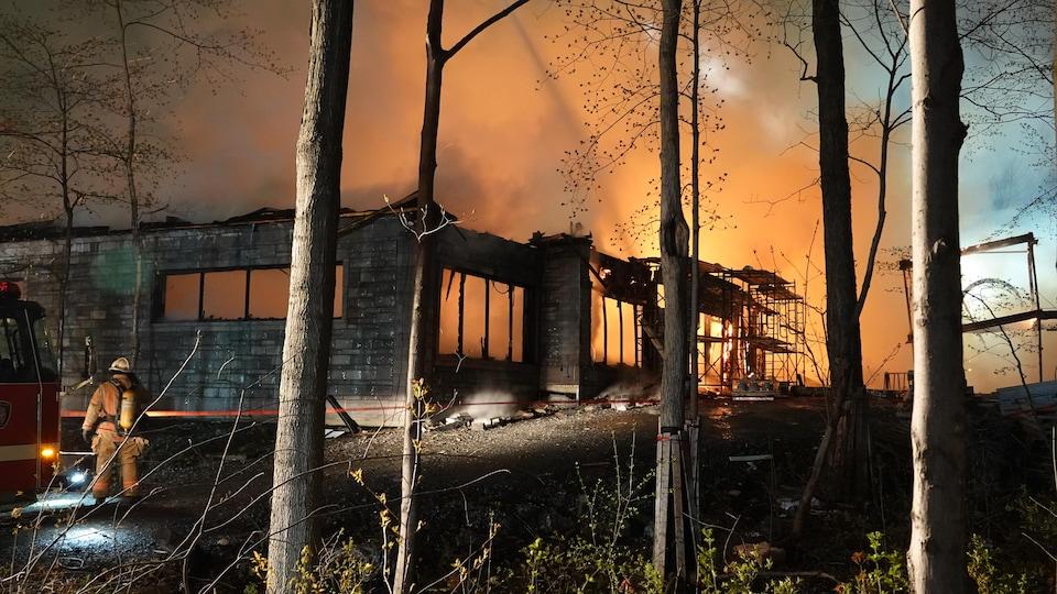 Une résidence en flammes.