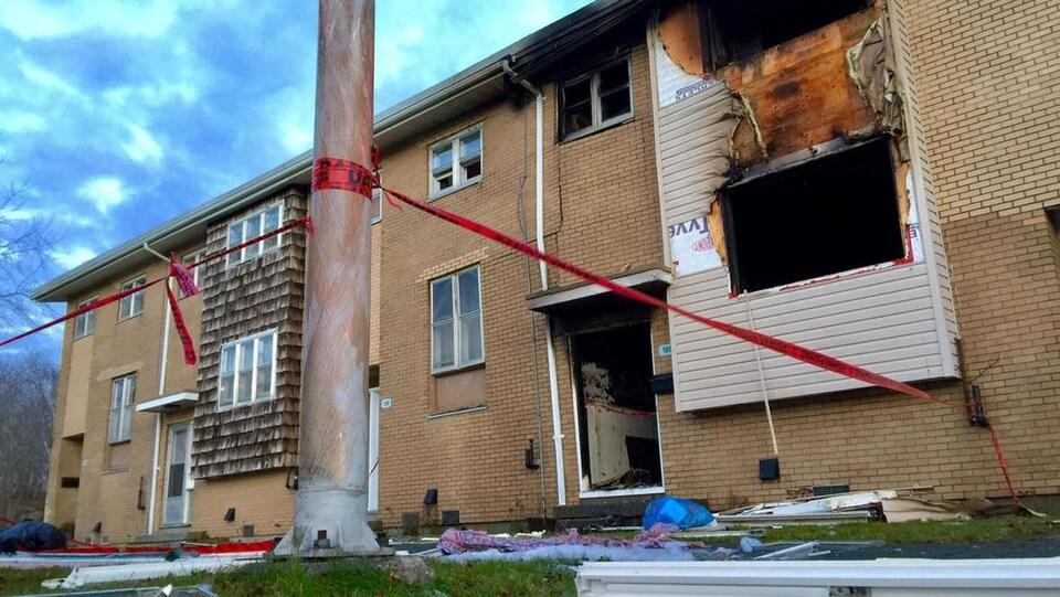La maison en rangée a été complètement détruite.