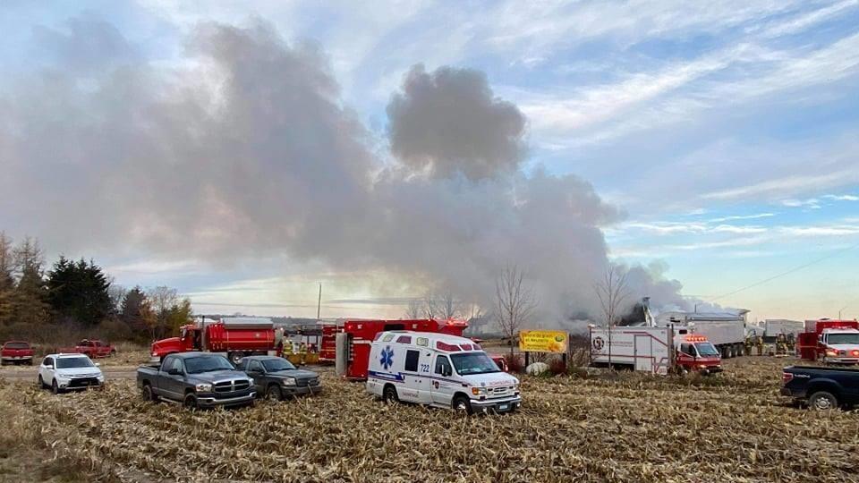 Plusieurs camions de pompier sont sur les lieux de l'incendie.
