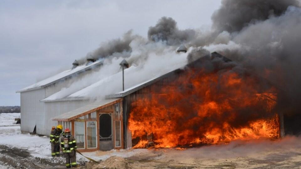 Un incendie a complètement détruit un bâtiment d'une ferme laitière de la paroisse de Plessisville.