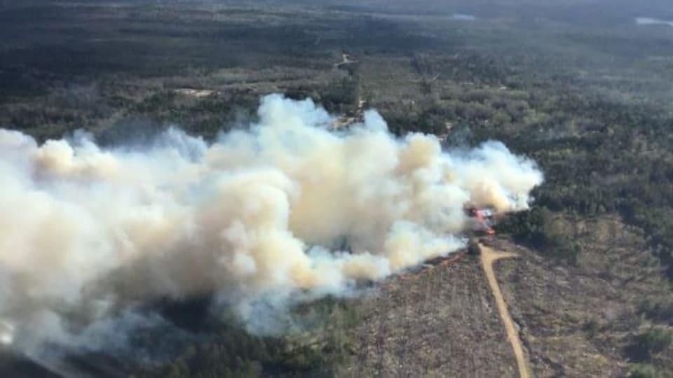 L'incendie au loin, photographié d'un hélicoptère.