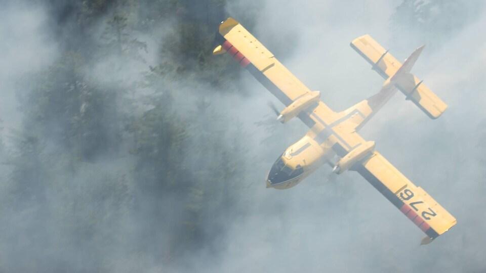 Un avion-citerne participe aux efforts de suppression des feux dans la région de Temagami.