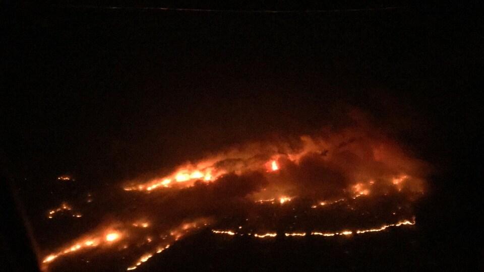 Une photo aérienne des feux de forêt dans la région de la Rivière des Français prise dans la nuit du 20 au 21 juillet.