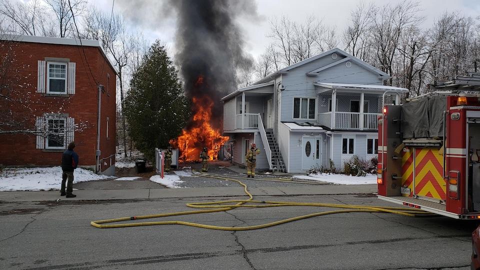 Un garage de la rue Rioux, à Sherbrooke, a été décimée par le feu.