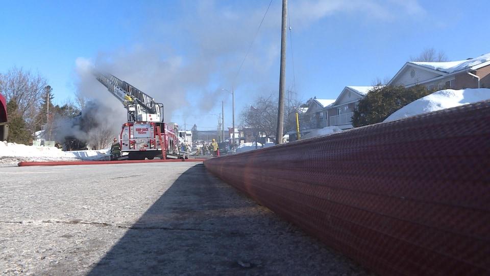 L'échelle du camion de pompier est déployée.