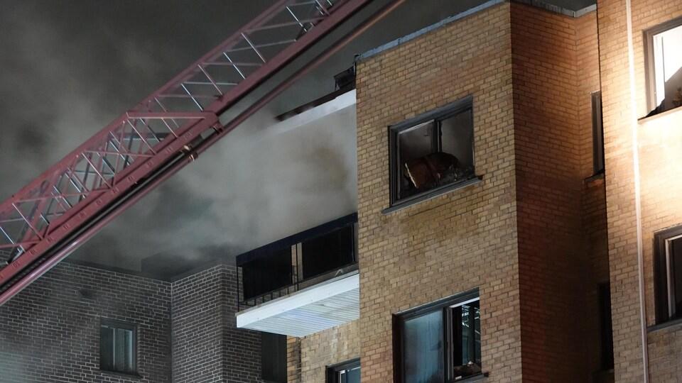 Le feu a pris naissance au 3e étage avant de se propager au 4e étage de l'édifice.