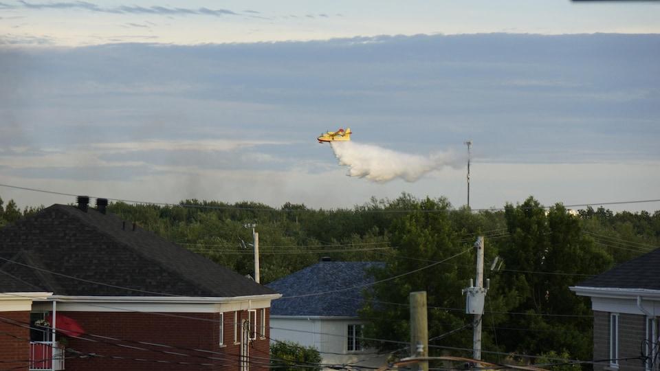 Un avion-citerne dans le ciel.