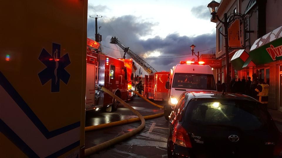 Une quarantaine de pompiers combattent les flammes.