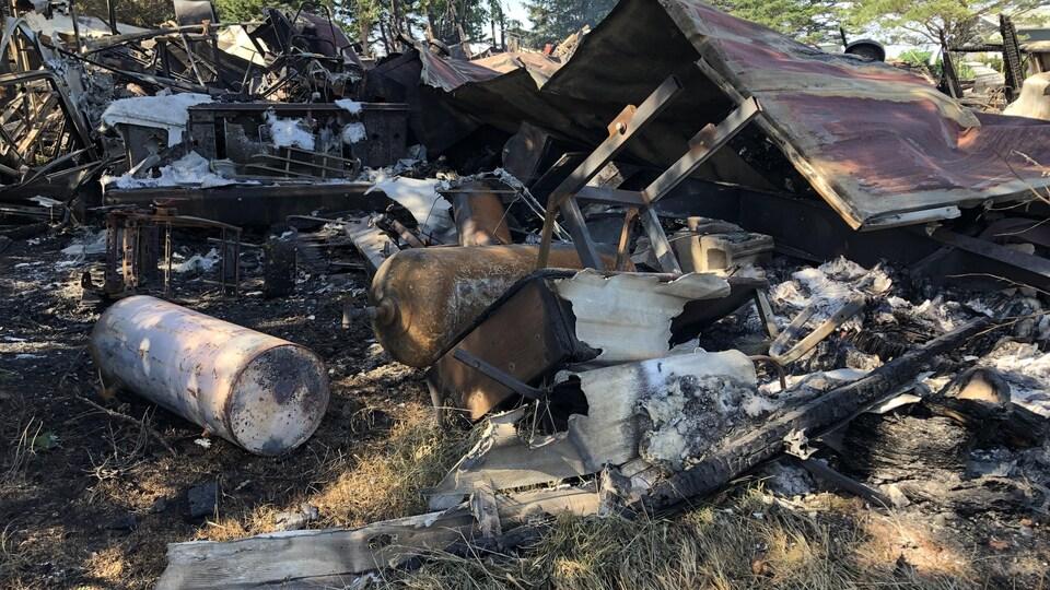Décombres d'une maison détruite par un incendie.