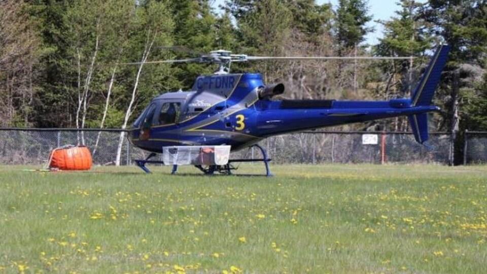 Un hélicoptère se prépare à partir.