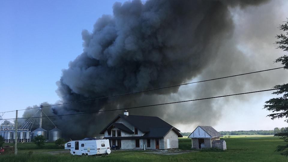 Un important panache de fumée se dégage des installations des Oeufs Richard.
