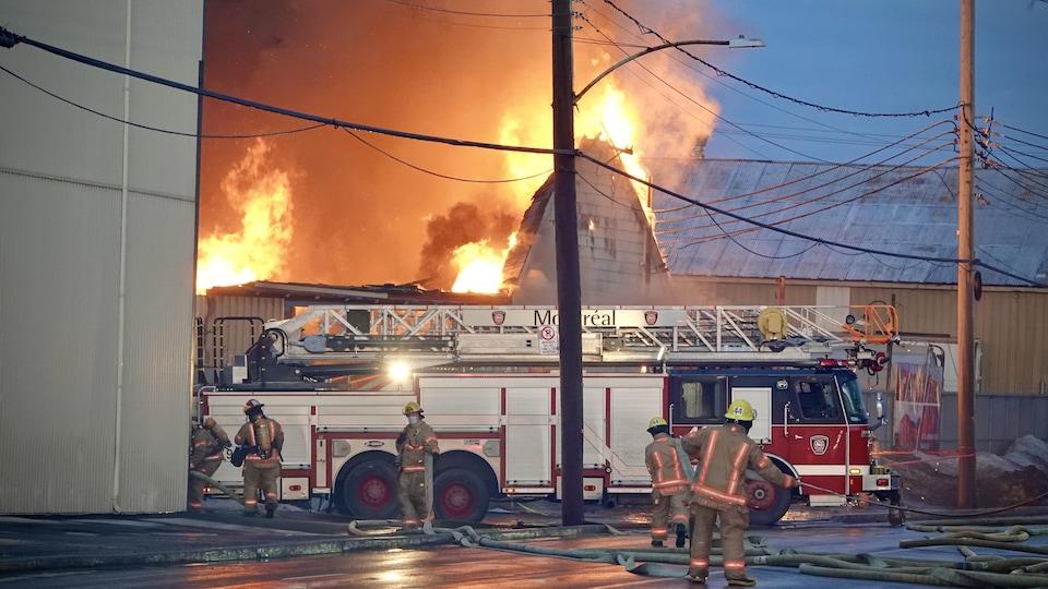 Le feu ravage un bâtiment.