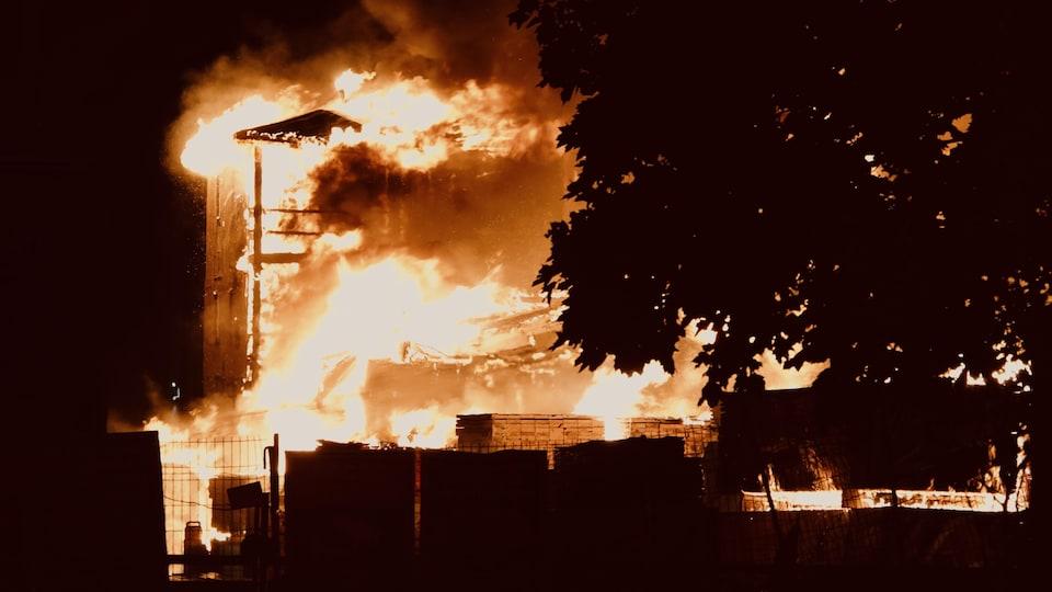 Un immeuble en feu.
