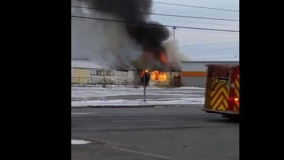 Des flammes dans un ancien immeuble.
