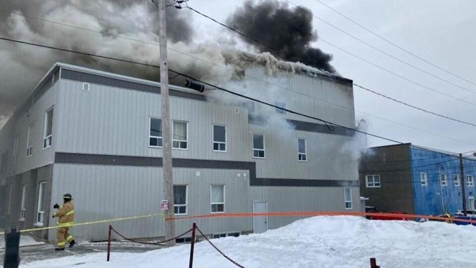 Incendie dans un édifice de l'avenue Carter à Rouyn-Noranda.