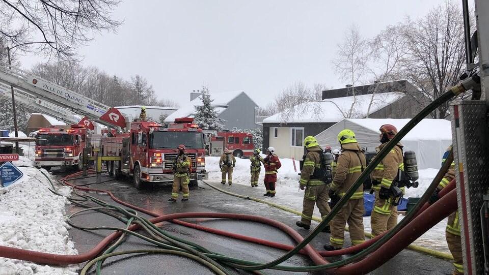 Environ 35 pompiers ont combattu les flammes. Ils sont sur la rue De Guise à Neufchâtel.