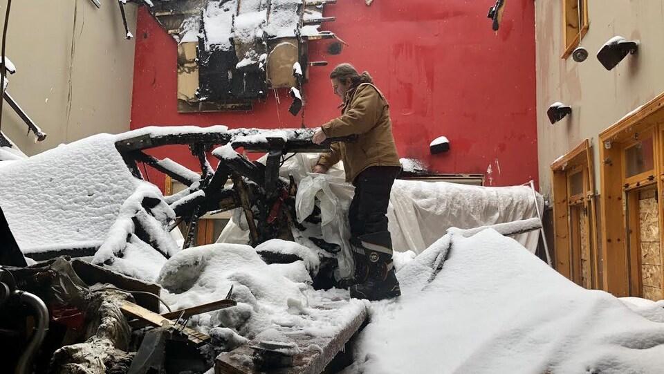 Le propriétaire du restaurant, Steeve Gros-Louis, constate les dégâts.