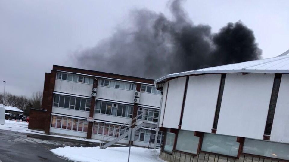 Un incendie fait rage au Séminaire Saint-François.