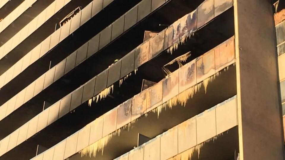 Des stalactites de glace se sont formées sur les balcons où les pompiers ont aspergé d'eau vendredi soir.