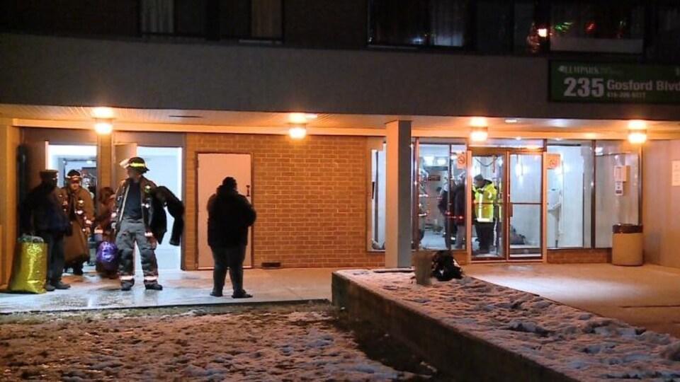 Les pompiers de Toronto aident les locataires à quitter l'immeuble.