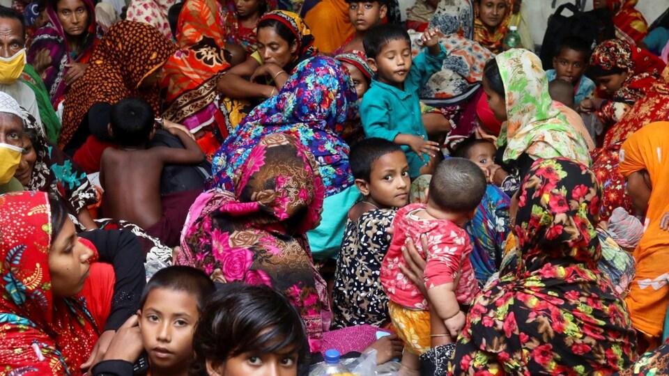 Femmes et enfants s'entassent les uns sur les autres dans un abri.