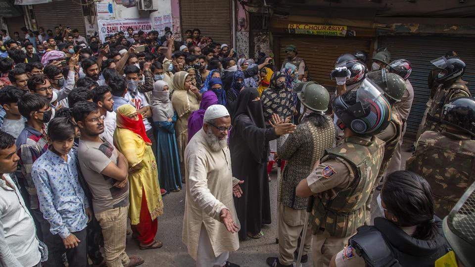 Des soldats bloquent le chemin des manifestants.
