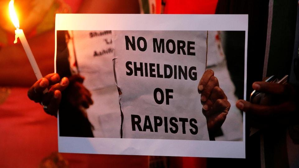 Une affiche appelle à la fin de la protection des violeurs en Inde.