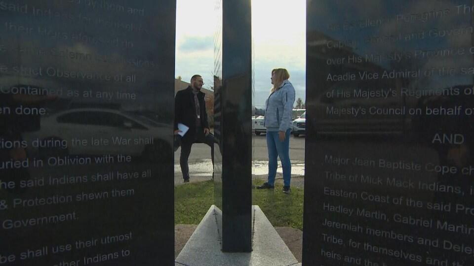 Devant l'édifice du conseil de bande se trouvent des pierres sur lesquelles sont gravés les textes de traités.