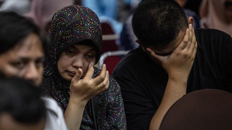 Des membres de familles de victimes de l'écrasement d'avion de Lion Air.